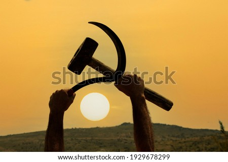 This is how the worker in the field showed the sickle-hammer figure, the symbol of communism. Сток-фото ©