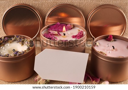 Three homemade candles with blank card, candles sat in bronze pots with dried flowers Foto d'archivio ©