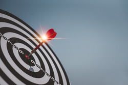 Throw darts on the red target. Is to run a successful marketing business as planned The goal is to go forward. Challenges in running a Dartboard, a target goal, ideas, strategies, marketing, teamwork.