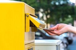 Throwing a letter in a german yellow mailbox