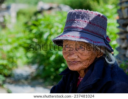 TIBET,CHINA - Aug 16,2013:old woman on the street at tibet,china.