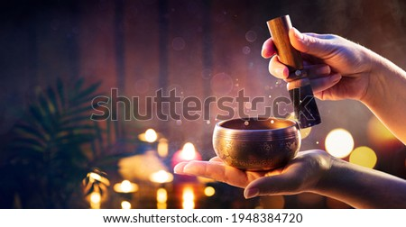 Tibetan Singing Bowl - Translation of mantras : transform your impure body, speech, and mind into the pure exalted body, speech, and mind of a Buddha  Foto stock ©