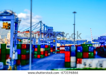 Til-shift effect view of a container terminal at the port of Genoa. Panoramic view of a port terminal, with a particular effect that makes the view as if it were a toy Foto stock ©