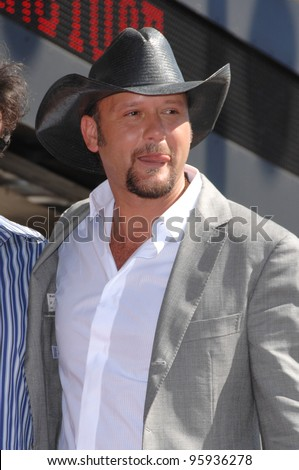 TIM McGRAW on Hollywood Boulverd where he was honoured with the 2,322nd star on the Hollywood Walk of Fame. October 17, 2006  Los Angeles, CA Picture: Paul Smith / Featureflash
