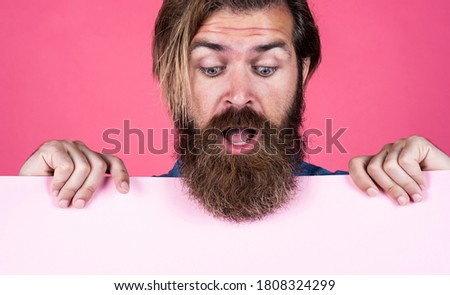 Time is running out. wanted. empty paper for your information. barber concept. surprised hipster with beard at paper sheet. empty place for copy space. need help. bearded man holding placate. Foto stock ©
