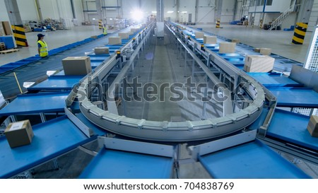 Time-Lapse of Working Large Belt Conveyor with Parcels at Sorting Post Office. ストックフォト ©
