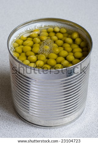 Tinned green peas for preparation of salads