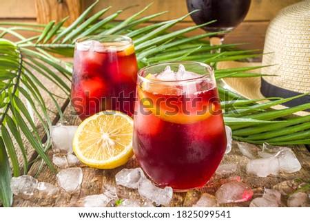 Tinto de Verano or vino de verano, Spanish Wine Cocktail. Refreshment acoholic drink sangria.  Foto stock ©