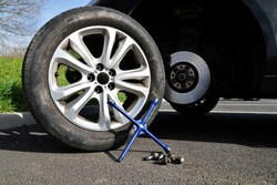 Tire change with aluminum rim following a puncture, with a lug wrench