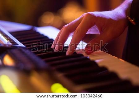 To shells keyboard hand