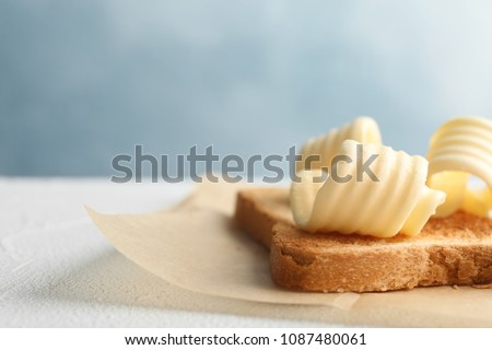Toasted bread with fresh butter curls on table, closeup Foto stock ©