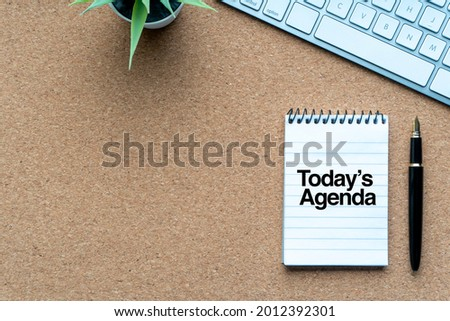 TODAY'S AGENDA text with notepad, decorative plant, keyboard and fountain pen on wooden background. Business and copy space concept Foto stock ©