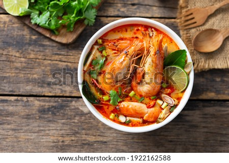 Tom Yam Kung ,Prawn and lemon soup with mushrooms, thai food in white bowl top view Foto stock ©
