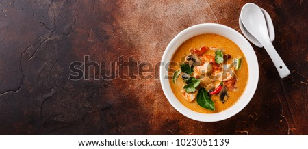 Tom Yam kung Spicy Thai soup with shrimp, seafood, coconut milk and chili pepper in bowl copy space Foto stock ©