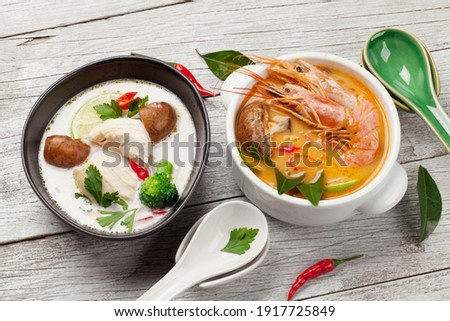 Tom Yum and Tom Kha traditional Thai soups with seafood, chicken, mushrooms, coconut milk and hot spices Foto stock ©