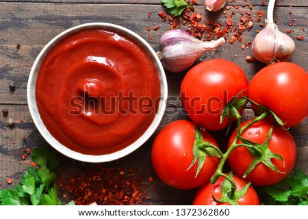 Tomato ketchup sauce with spices and pepper. View from above. Foto stock ©