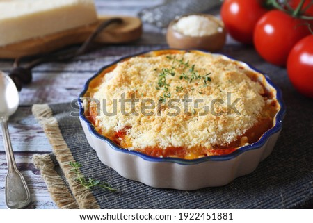 Tomato vegetable crumble with aromatic herbs and grated parmesan cheese  Foto stock ©