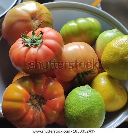 Tomatoes and lemons closeup in kitchen Stok fotoğraf ©