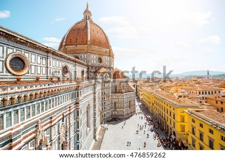 Top cityscape view on the dome of Santa Maria del Fiore church and old town in Florence Foto stock ©