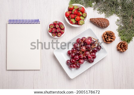 top view fresh grapes with strawberries and raspberries on a white desk fruit color juice mellow fresh Foto stock ©