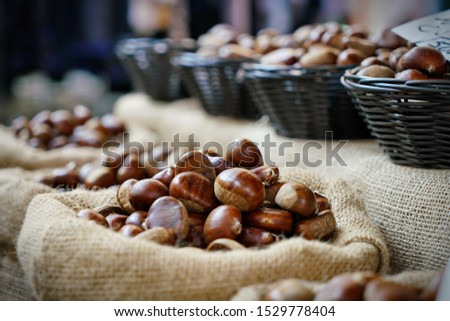 Top view heap of chestnuts. Pile of ripe chestnuts for food background. Foto stock ©