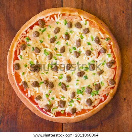 Top view of affordable par-baked pizza with ground beef and bell pepper toppings Foto stock ©