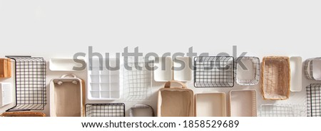 Top view of empty closet organization boxes and steel wire baskets in different shape placed on white marble table with copy space. Marie Kondo's hikidashi boxes for tidying clothes and drawer storage Foto stock ©