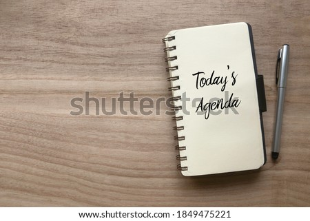 Top view of pen and notebook written with Today's Agenda on wooden background with copy space. Foto stock ©