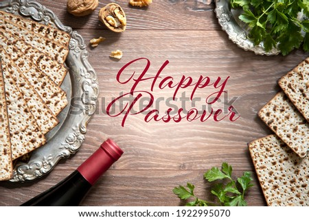Top view of pesach background. Passover celebration with wine and matzah on the wooden background. With Happy Passover lettering. Foto stock ©