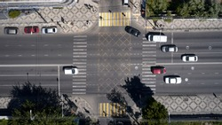 top view of the busy intersection with cars