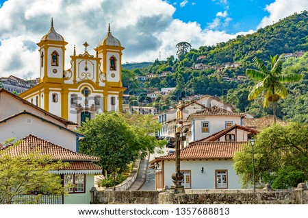 Top view of the center of the historic Ouro Preto city in Minas Gerais, Brazil with its famous churches and old buildings with hills in background Foto stock ©
