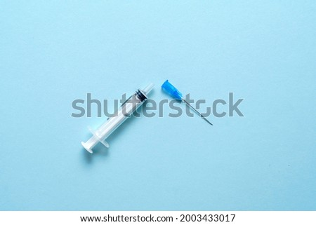 Top view of vaccine refuse concept. Brocken vaccine injection tool. Ativax movement. Side effects fear. Anti immunisation campaing Foto stock ©