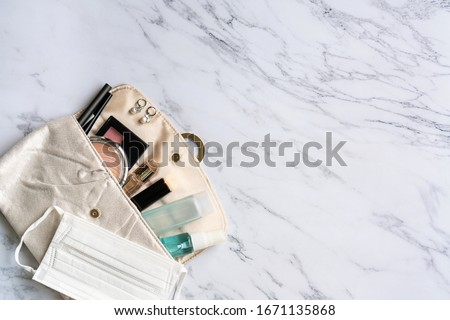 Top view of woman accessories, sanitizer, alcohol spray and protective face mask on pouch, Beauty concept. Must have item in 2020 concept. Copy space, flat lay Foto stock ©