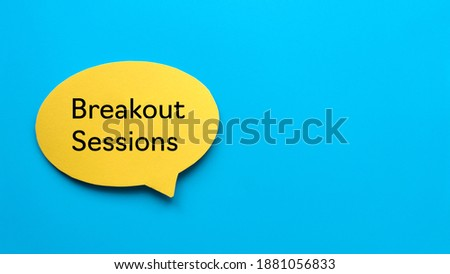 Top view of yellow speech bubble written with Breakout Sessions on blue background with copy space. Foto stock ©