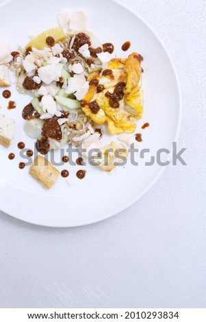 top view portrait of indonesian food 'Tahu Tek' served on round white plate Stok fotoğraf ©