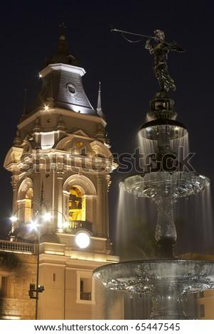 Torre de catedral de Lima y pileta, Perú