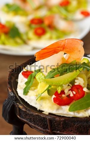Tostadas with shrimps and marrow salad.