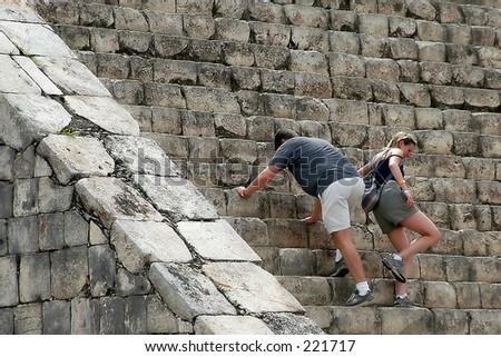 Tourist erobernd Chichen Itza Hauptpyramide