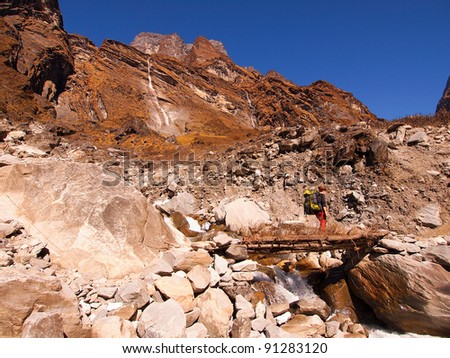 tourist hiking on a thiny wooden bridge