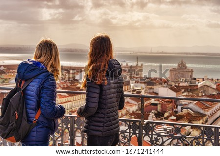 Tourists looking at the view from Elevador de Santa Justa. Arco da Rua Augusta in the background. Foto stock ©