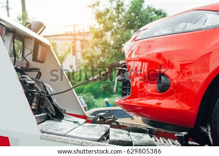Tow truck towing a broken down car on the street. Foto stock ©