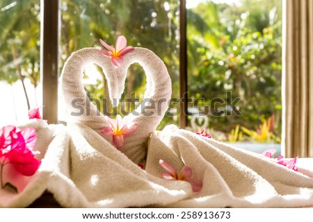 towel decoration in hotel room, towel birds, swans, room interior Foto stock ©