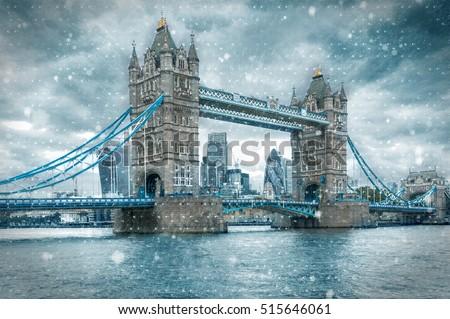stock photo tower bridge in london united kingdom during a snowstorm 515646061 - Каталог — Фотообои «Мосты»