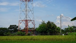 Tower is a tower made of a series of iron or pipes, either rectangular or triangular, or just a long pipe (stick), which aims to place antennas and radio transmitters and receivers of telecommunicatio
