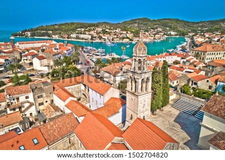 Town of Vela Luka on Korcula island church tower and coastline aerial view, archipelago of southern Dalmatia, Croatia Foto stock ©
