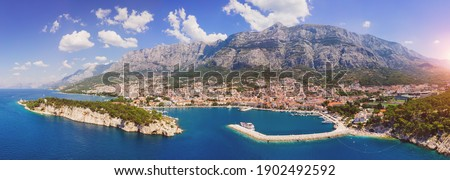 town with historic buildings in background, Baška Voda Stock fotó ©