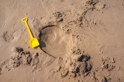 Toys, shovel, plastic toys, yellow,Used for scooping sand, digging sand holes. beach activities that children like to play when visiting the sea. During the summer holidays with the family