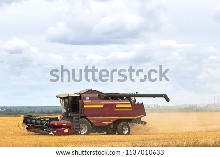 Tractor harvesting, harvesting, harvester in the field.