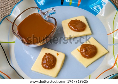 Traditional brazilian dessert with melted caramel and cheese.  Called dulce de Leche in Argentina and doce de leite in Brazil. Combination of cheese with 'milk caramel sauce' Foto stock ©