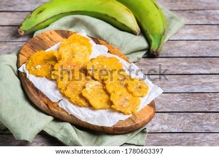 Traditional Central American caribbean cuban colombian food. Fried tostones, green bananas plantains with guacamole sauce. Top view, flat lay Foto stock ©